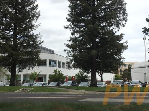 同一天,马路对面的另外一家科技公司停车场却是停得满满当当。
