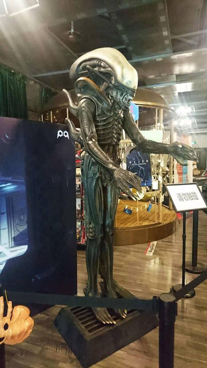 《异形》38周年纪念展上展出的异形模型,原型是1979年上映的《异形》中灭了一飞船宇航员的超极怪物