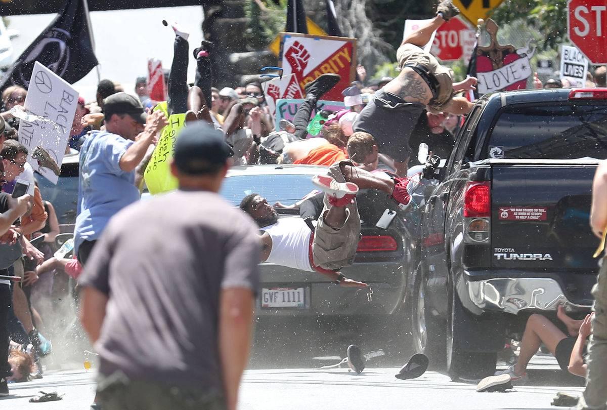 摄影记者记录下了汽车冲过人群的恐怖一幕 / Daily Progress