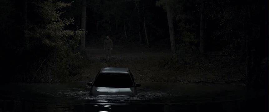 男孩被装在车里推下水时还活着