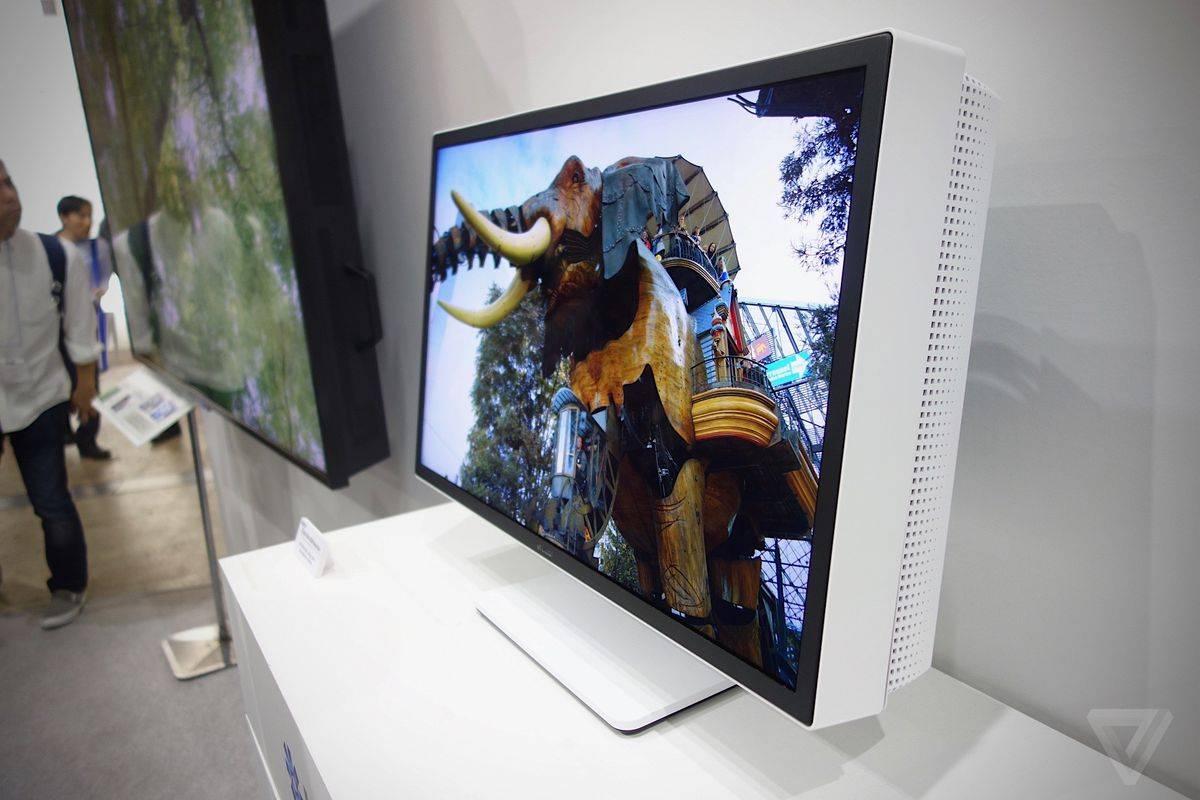 夏普 2016 年展出的 8K 显示器原型机,27 英寸,和 iPhone 4 相同的 326ppi。