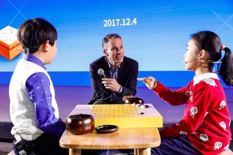 Google大中华区总裁石博盟观看小棋手下棋