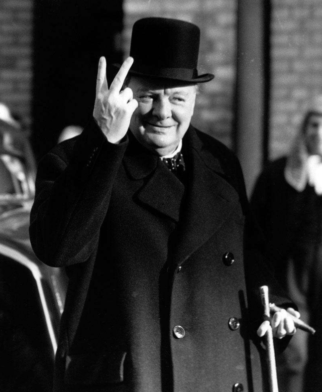 历史上的丘吉尔比出反V形手势
